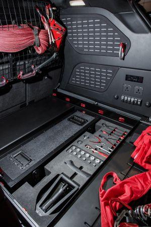 W środku pochowane dużo narzędzi. Wszystko do ratowania życia i Land Rovera.