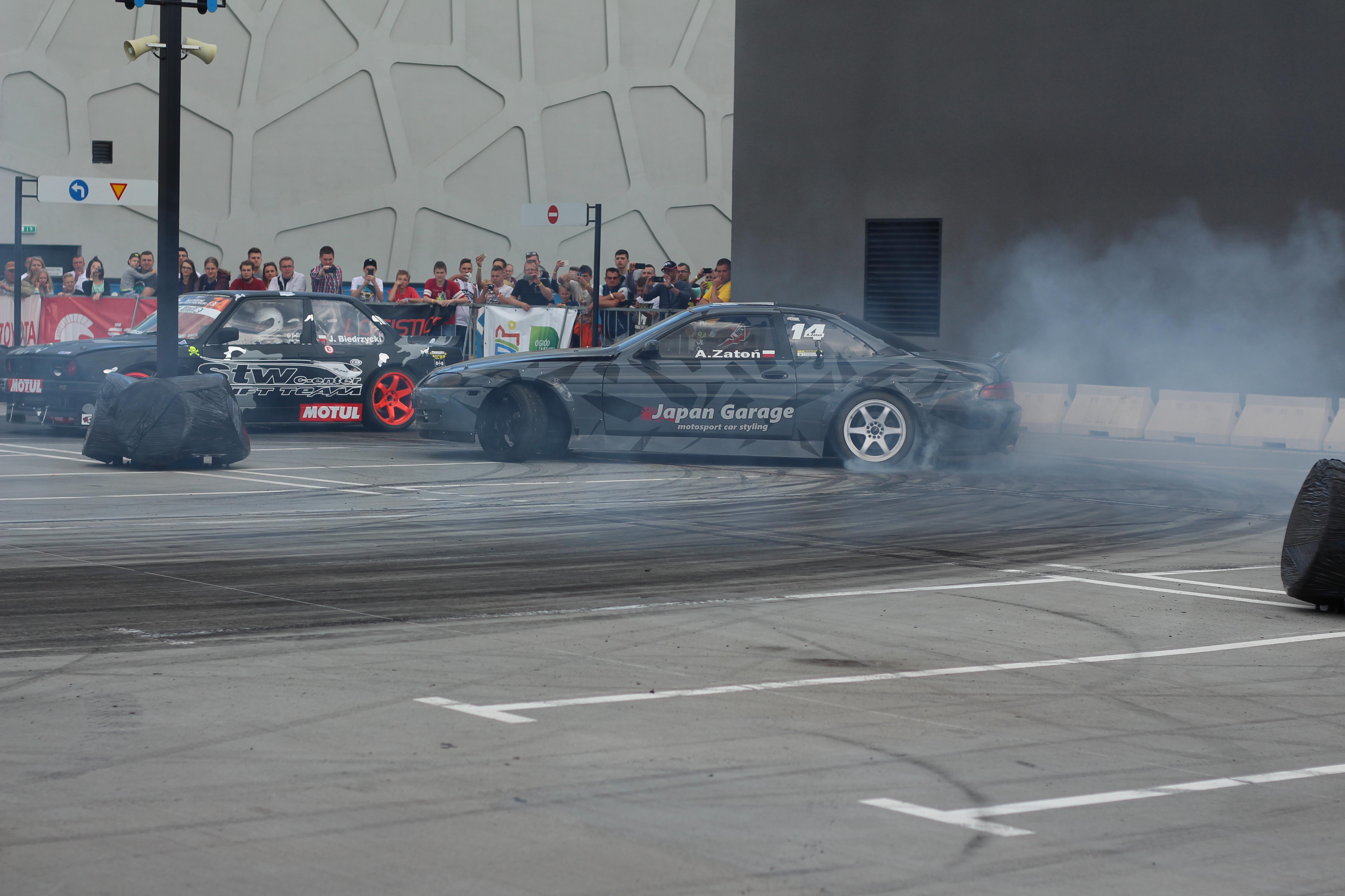 Drift Lexus SC i Bmw E30 Coupe na parkingu Galerii Warmińskiej